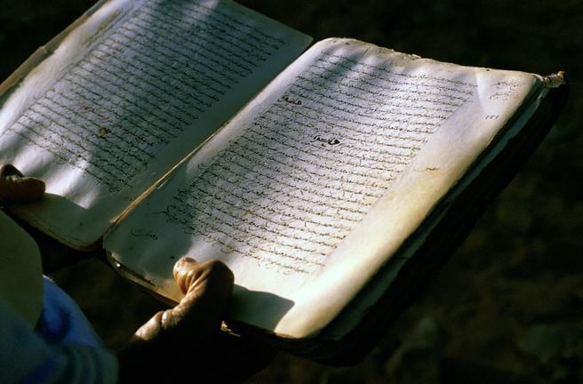 Un corán en manos del bibliotecario de la principal mezquita de Chinguetti